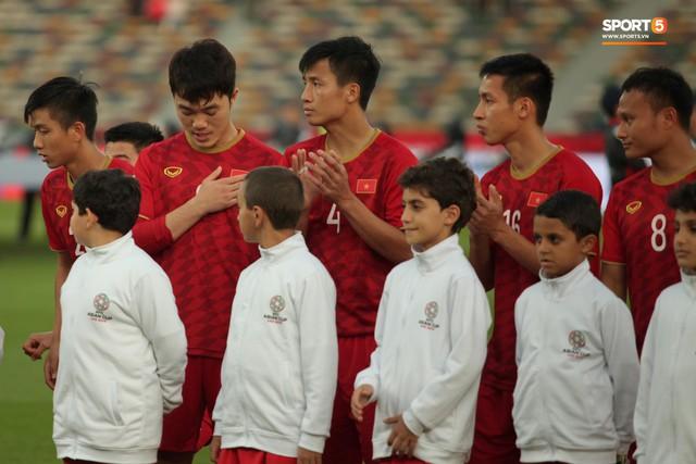 Xuân Trường cúi đầu xúc động trước quốc kỳ Việt Nam tại Asian Cup 2019 - Ảnh 6.