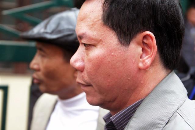 Bị cáo Trương Quý Dương nhờ người dìu khỏi tòa vụ chạy thận Hòa Bình - Ảnh 7.