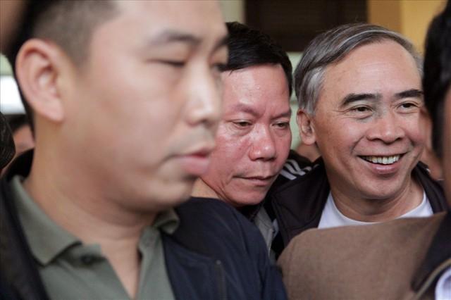 Bị cáo Trương Quý Dương nhờ người dìu khỏi tòa vụ chạy thận Hòa Bình - Ảnh 8.