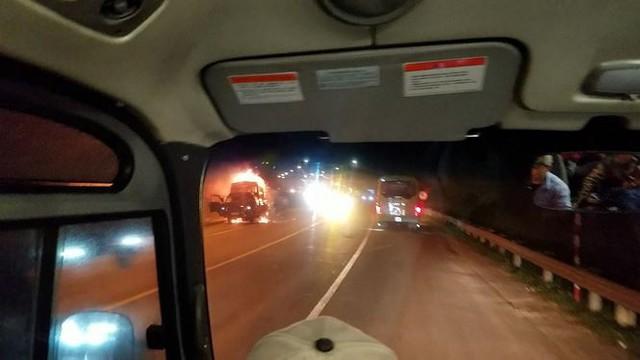 Xe cháy ngùn ngụt trên đường dẫn vào hầm Hải Vân - Ảnh 1.