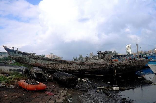 Ngổn ngang nghĩa địa tàu cá xả bản ở Đà Nẵng - Ảnh 1.