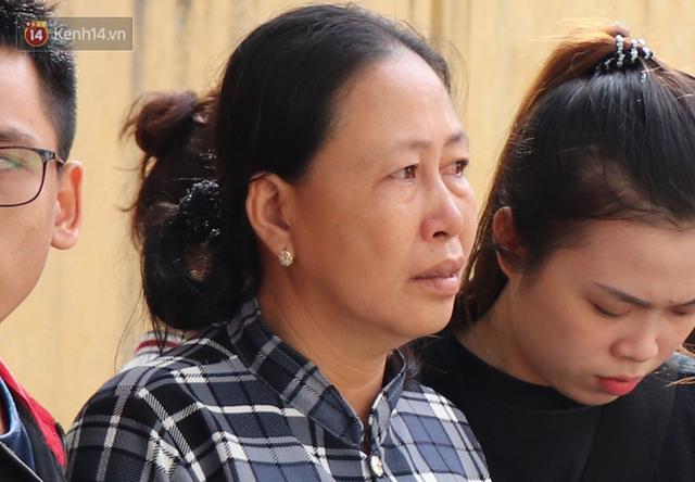 Vượt gần 1.500km, cha mẹ nữ sinh tử vong trong vụ xe lao xuống vực đèo Hải Vân ngã quỵ khi đón thi thể con tại nhà vĩnh biệt - Ảnh 2.