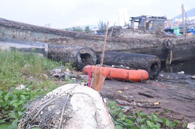 Ngổn ngang nghĩa địa tàu cá xả bản ở Đà Nẵng - Ảnh 14.