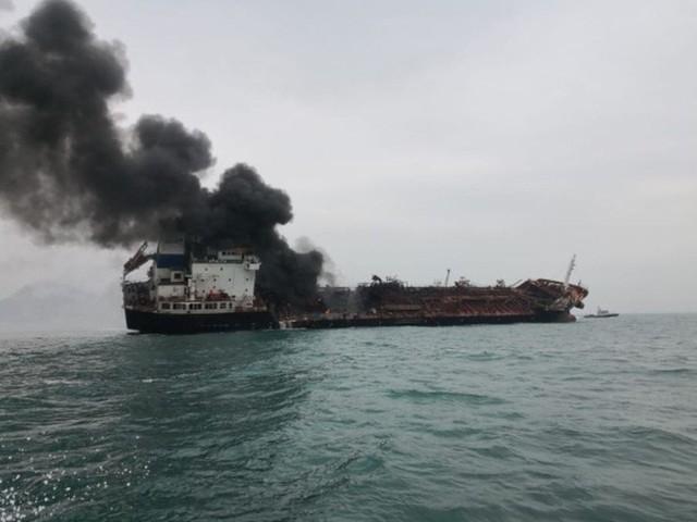 Cận cảnh tàu chở dầu treo cờ Việt Nam sau khi cháy ngùn ngụt ngoài khơi Hong Kong - Ảnh 3.
