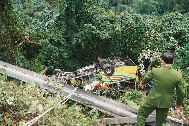 Người cứu 10 nạn nhân vụ xe khách lao xuống đèo Hải Vân: Nhiều em mắc kẹt trong xe gào khóc, kêu cứu thất thanh - Ảnh 4.