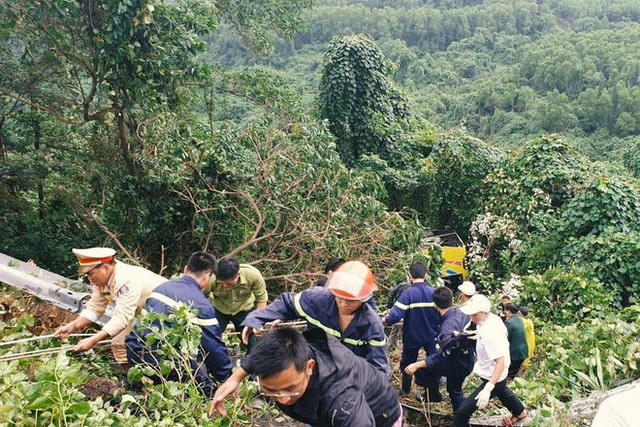 Người cứu 10 nạn nhân vụ xe khách lao xuống đèo Hải Vân: Nhiều em mắc kẹt trong xe gào khóc, kêu cứu thất thanh - Ảnh 5.