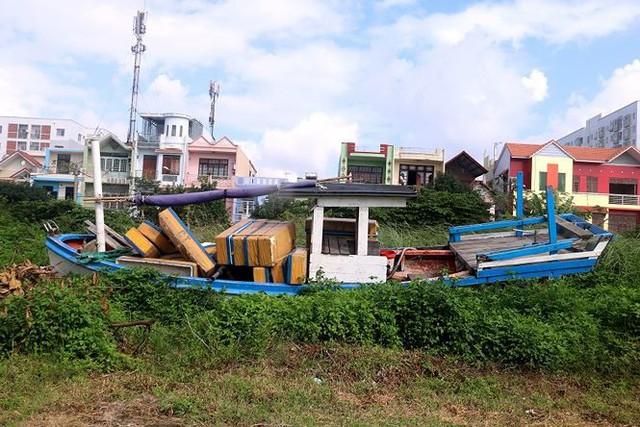 Ngổn ngang nghĩa địa tàu cá xả bản ở Đà Nẵng - Ảnh 7.