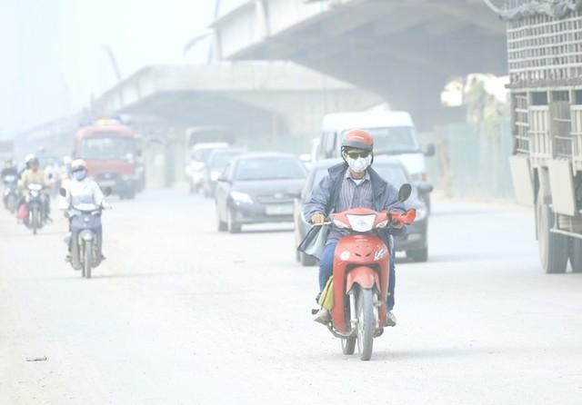 Cuộc sống đảo lộn của người dân Hà Nội những ngày ô nhiễm không khí nặng: Loay hoay tìm đủ cách chống chọi, chẳng dám cho con ra ngoài! - Ảnh 1.