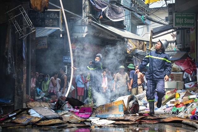 Hà Nội: Hiện trường cháy lớn tại xưởng chăn ga gối đệm Mễ Trì Thượng - Ảnh 1.