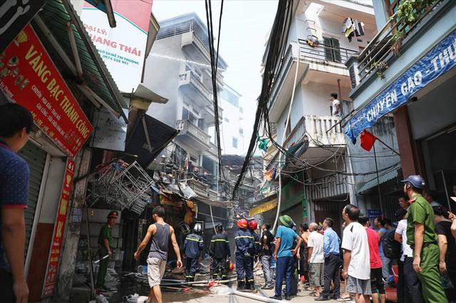 Hà Nội: Hiện trường cháy lớn tại xưởng chăn ga gối đệm Mễ Trì Thượng - Ảnh 2.