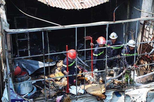 Hà Nội: Hiện trường cháy lớn tại xưởng chăn ga gối đệm Mễ Trì Thượng - Ảnh 11.