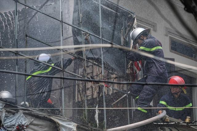 Hà Nội: Hiện trường cháy lớn tại xưởng chăn ga gối đệm Mễ Trì Thượng - Ảnh 3.