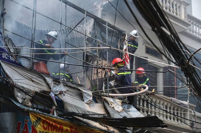 Hà Nội: Hiện trường cháy lớn tại xưởng chăn ga gối đệm Mễ Trì Thượng - Ảnh 4.