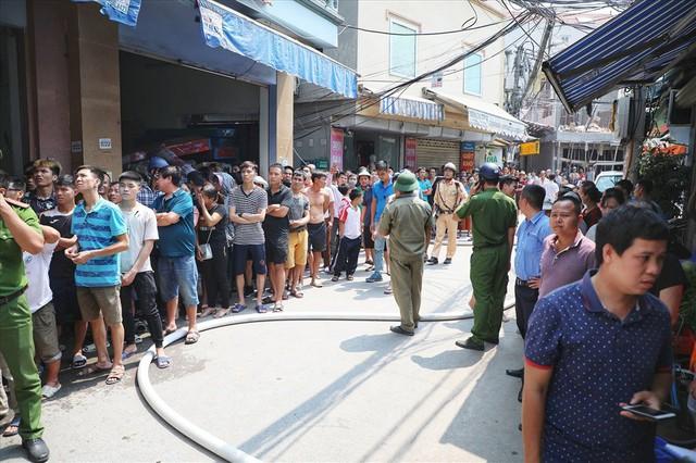 Hà Nội: Hiện trường cháy lớn tại xưởng chăn ga gối đệm Mễ Trì Thượng - Ảnh 5.