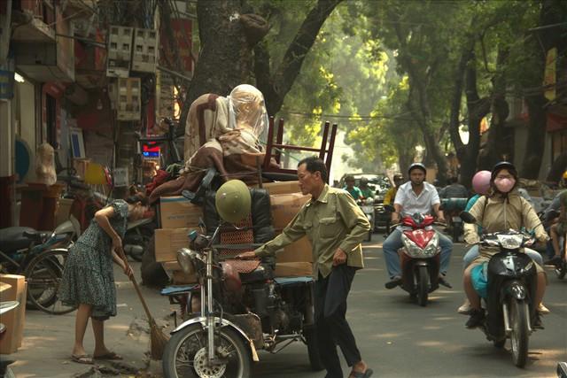 Nhiều người cao tuổi nhọc nhằn mưu sinh trên từng con đường, góc phố - Ảnh 6.