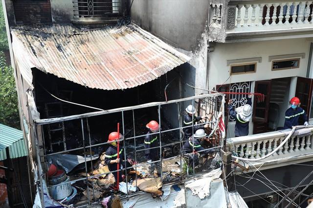 Hà Nội: Hiện trường cháy lớn tại xưởng chăn ga gối đệm Mễ Trì Thượng - Ảnh 8.