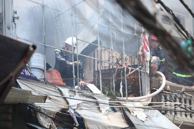 Hà Nội: Hiện trường cháy lớn tại xưởng chăn ga gối đệm Mễ Trì Thượng - Ảnh 9.