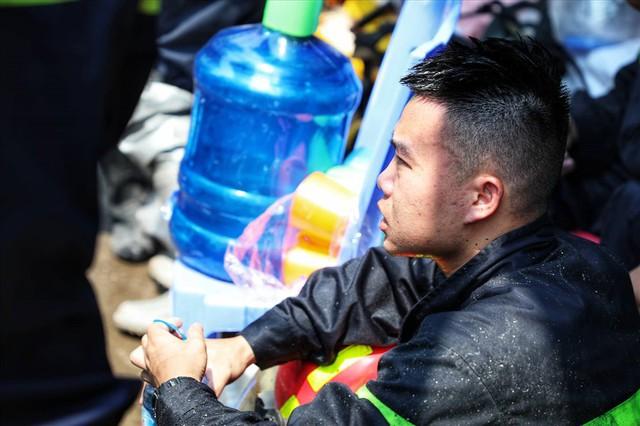 Hà Nội: Hiện trường cháy lớn tại xưởng chăn ga gối đệm Mễ Trì Thượng - Ảnh 10.