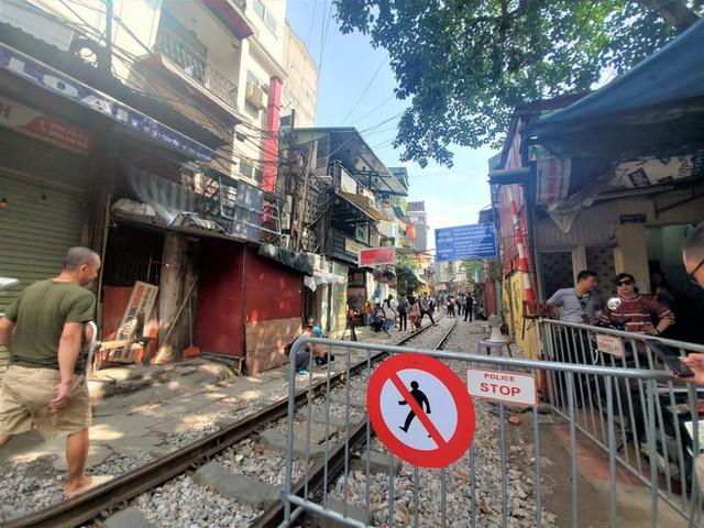Phố cà phê đường tàu: Hàng quán đóng cửa, du khách không được vào khu vực đường tàu - Ảnh 1.