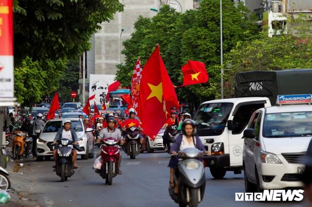 Cổ động viên Việt Nam nhuộm đỏ phố phường Hà Nội trước giờ bóng lăn - Ảnh 1.