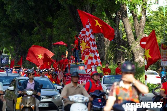 Cổ động viên Việt Nam nhuộm đỏ phố phường Hà Nội trước giờ bóng lăn - Ảnh 2.