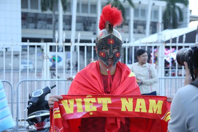 [ẢNH]: Cổ động viên Việt Nam đốt cháy Sân vận động Mỹ Đình trước giờ G - Ảnh 2.