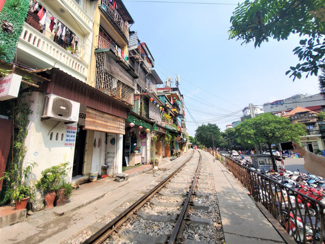 Phố cà phê đường tàu: Hàng quán đóng cửa, du khách không được vào khu vực đường tàu - Ảnh 2.