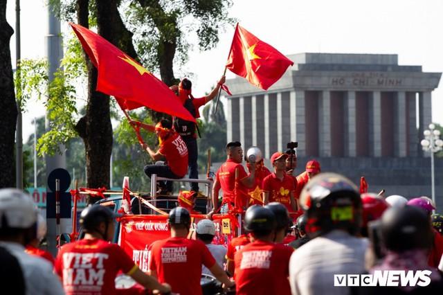 Cổ động viên Việt Nam nhuộm đỏ phố phường Hà Nội trước giờ bóng lăn - Ảnh 3.