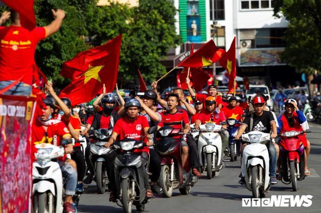 Cổ động viên Việt Nam nhuộm đỏ phố phường Hà Nội trước giờ bóng lăn - Ảnh 4.