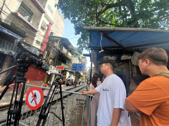 Phố cà phê đường tàu: Hàng quán đóng cửa, du khách không được vào khu vực đường tàu - Ảnh 4.