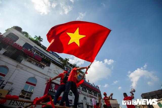 Cổ động viên Việt Nam nhuộm đỏ phố phường Hà Nội trước giờ bóng lăn - Ảnh 5.