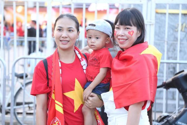 [ẢNH]: Cổ động viên Việt Nam đốt cháy Sân vận động Mỹ Đình trước giờ G - Ảnh 5.