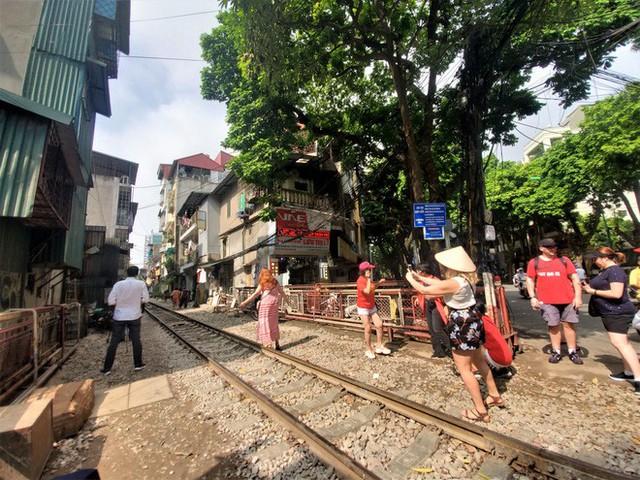 Phố cà phê đường tàu: Hàng quán đóng cửa, du khách không được vào khu vực đường tàu - Ảnh 5.