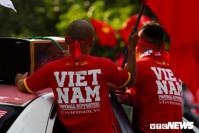 Cổ động viên Việt Nam nhuộm đỏ phố phường Hà Nội trước giờ bóng lăn - Ảnh 6.