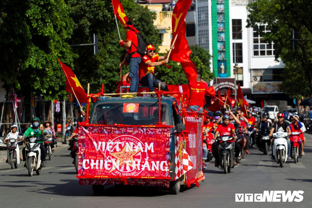 Cổ động viên Việt Nam nhuộm đỏ phố phường Hà Nội trước giờ bóng lăn - Ảnh 7.