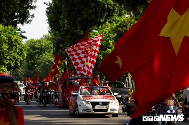 Cổ động viên Việt Nam nhuộm đỏ phố phường Hà Nội trước giờ bóng lăn - Ảnh 8.