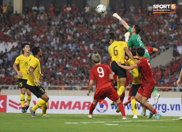 Đặng Văn Lâm được fan khen là đỉnh của đỉnh sau những pha bay người đấm bóng như siêu nhân - Ảnh 1.