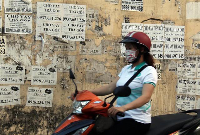"""Cảnh báo tình trạng công nhân """"vay tiền nóng"""", thế chấp thẻ ATM - Ảnh 1."""