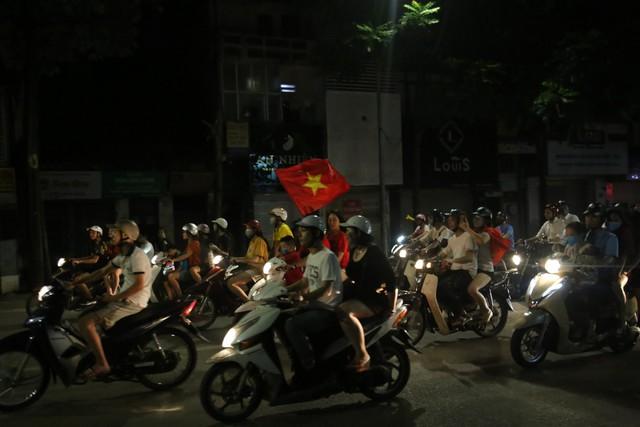 Tham gia giao thông sau trận Việt Nam - Malaysia: Vui thôi đừng vui quá! - Ảnh 2.