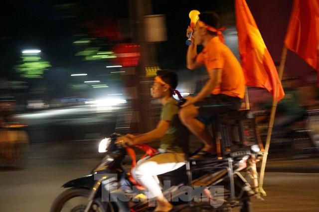 Cảnh sát trắng đêm chống đua sau trận Việt Nam thắng Malaysia - Ảnh 1.