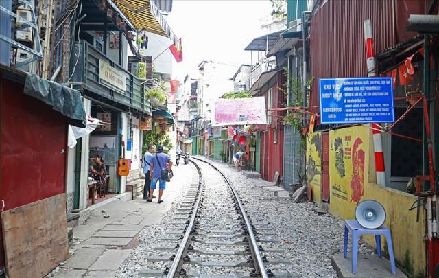 Phố cà phê đường tàu vắng hoe, nhiều cửa hàng tạm đóng cửa sau lệnh cấm - Ảnh 1.