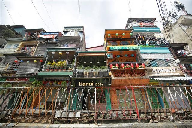 Phố cà phê đường tàu vắng hoe, nhiều cửa hàng tạm đóng cửa sau lệnh cấm - Ảnh 2.