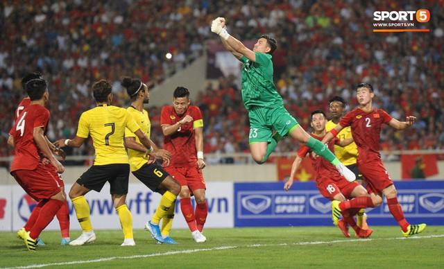 Đặng Văn Lâm được fan khen là đỉnh của đỉnh sau những pha bay người đấm bóng như siêu nhân - Ảnh 3.