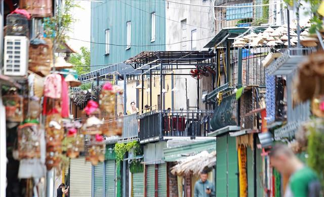 Phố cà phê đường tàu vắng hoe, nhiều cửa hàng tạm đóng cửa sau lệnh cấm - Ảnh 5.