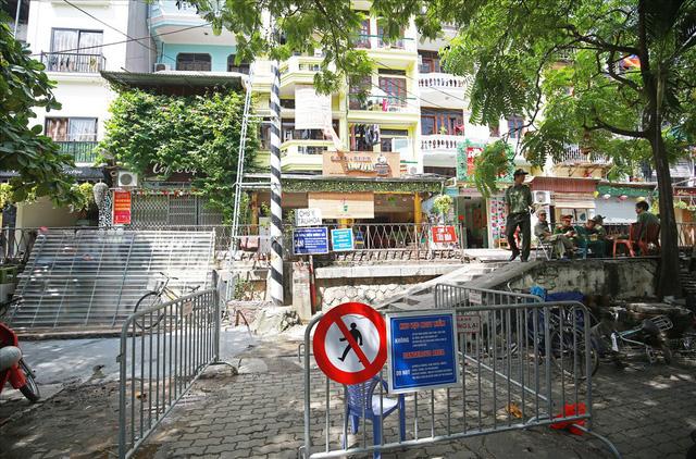 Phố cà phê đường tàu vắng hoe, nhiều cửa hàng tạm đóng cửa sau lệnh cấm - Ảnh 6.
