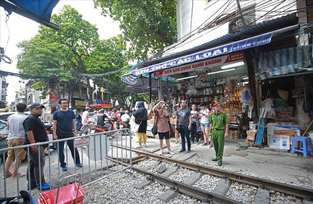 Phố cà phê đường tàu vắng hoe, nhiều cửa hàng tạm đóng cửa sau lệnh cấm - Ảnh 7.
