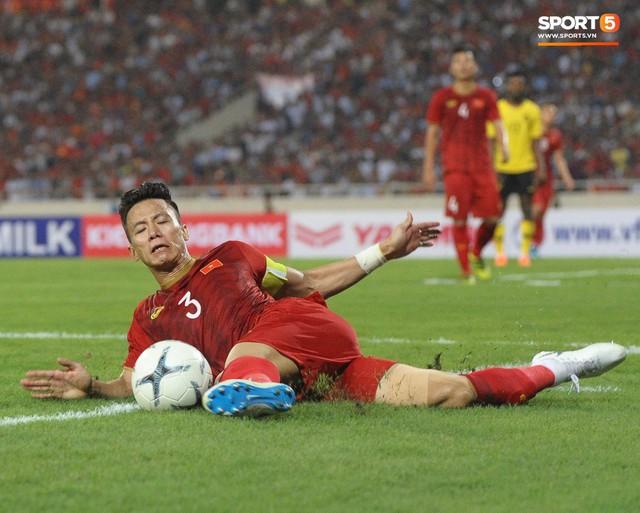 Đặng Văn Lâm được fan khen là đỉnh của đỉnh sau những pha bay người đấm bóng như siêu nhân - Ảnh 8.