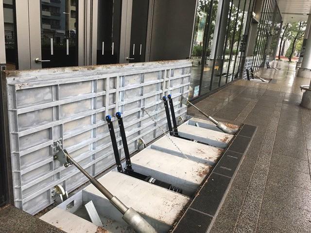 Giữa biển nước mênh mông và sự tàn phá dữ dội của bão Hagibis, có một nơi duy nhất ở Tokyo vẫn đứng sừng sững hiên ngang - Ảnh 5.