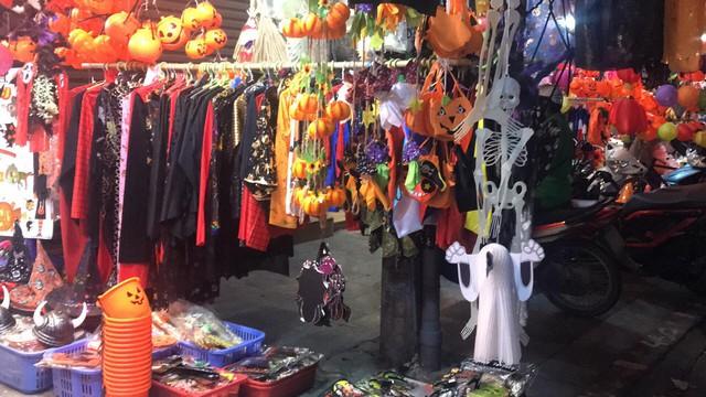 Đồ chơi ma quỷ tràn ngập phố trước ngày Halloween, người dân đổ xô đi mua sắm - Ảnh 4.