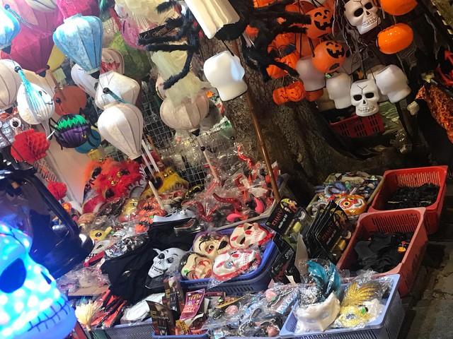 Đồ chơi ma quỷ tràn ngập phố trước ngày Halloween, người dân đổ xô đi mua sắm - Ảnh 2.